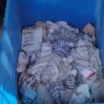 caja con calcetines usados siendo vendidos